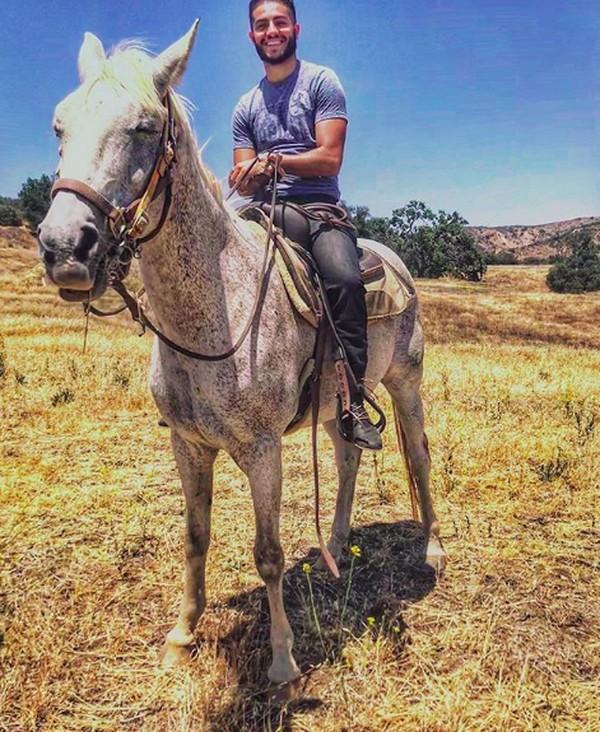 Mena Massoud juga mengisi waktu luangnya dengan hiking, boxing dan berkuda lho. (menamassoud/Instagram)
