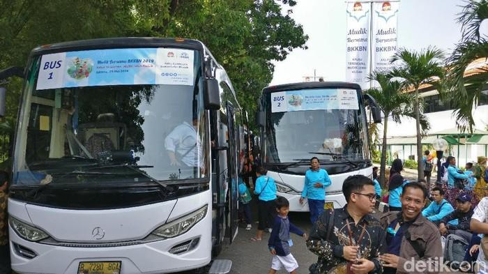 BKKBN memberangkatkan 1.118 peserta mudik gratis yang terdaftar dalam program Keluarga Berencana (KB). (Foto: Firdaus Anwar/detikHealth)