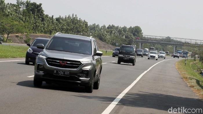 Jalur mudik darat dengan mobil pribadi bisa melelahkan, ingat jangan lupa stretching. (Foto ilustrasi: Pradita Utama)