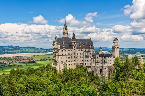 Dari kaki bukit pun sudah terlihat jelas Istana Neuschwanstein yang besar nan megah. (iStock)