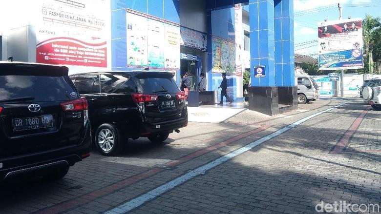 KPK Bawa Dua Koper Usai Geledah Kanim Mataram