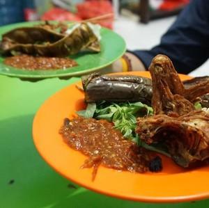 Dua Saudara: Puas Berbuka dengan Pecel Ayam dan Begor di Kampung Ambon