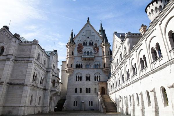 Dibangun pada tahun 1837, Kastil Neuschwanstein dibangun Raja Ludwig II, penguasa Bavaria. Ia kurang memiliki minat politik tetapi memiliki ketertarikan tinggi terhadap seni karya Richard Wagner. (iStock)