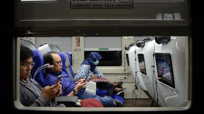 Sejumlah penumpang berada didalam gerbong kereta Sleeper Luxury 2 yang dirangkaikan dengan kereta Argo Lawu jurusan Gambir-Solo Balapan sebelum berangkat di Stasiun Gambir, Jakarta, Selasa (28/5/2019). PT. Kereta Api Indonesia meluncurkan generasi baru kereta Sleeper Luxury 2 yang hanya memuat 26 kursi dengan dirangkaikan keempat kereta yaitu kereta Argo Lawu relasi Gambir-Solo Balapan, kereta Argo Dwipangga relasi Gambir -Solo Balapan, kereta Taksaka relasi Gambir-Yogyakarta, dan kereta Gajayana relasi Gambir-Malang. ANTARA FOTO/M Risyal Hidayat/pras.