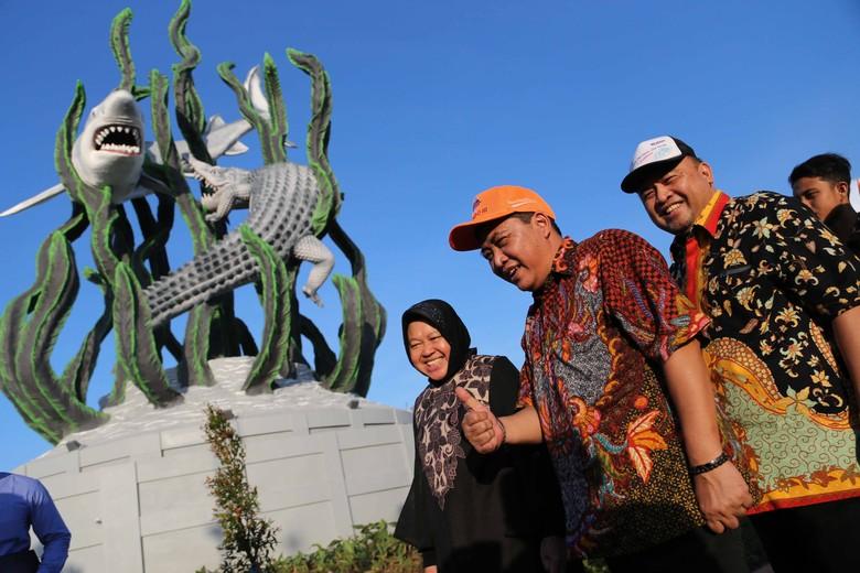 Diresmikan Risma, Patung Suroboyo Tepi Laut Jadi Kado HUT Surabaya