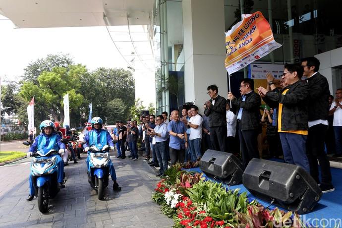 Direksi PT Astra International Tbk; Direktur Gidion Hasan (kedua kiri), Direktur Paulus Bambang Widjanarko (ketiga kiri), Direktur Johanes Loman (kedua kanan) dan Wakil Presiden Direktur Djony Bunarto Tjondro (kanan) bersama mekanik Astra saat pelepasan tim mekanik Grup Astra dalam Program Astra Holiday Campaign (AHC) di Jakarta, Rabu (29/5/2019).