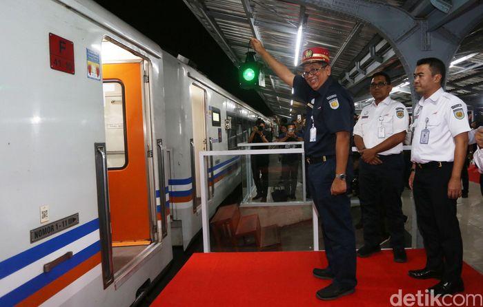 Komisaris PT KAI Riza Primadi melepas keberangkatan KA Menoreh di Stasiun Jakarta Kota, Jakarta, Rabu (29/5/2019).
