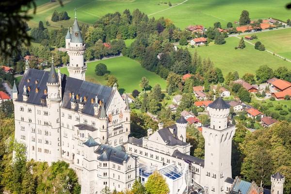 Traveler perlu trekking 40 menit dan waktu tur di dalam istana 30 menit. Namun semua akan terbayar oleh keindahan kastil dan pemandangan dari atas bukit (iStock)