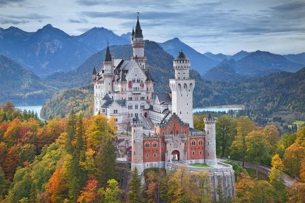 Kastil Neuschwanstein terletak bukan di dataran rendah seperti kastil pada umumnya. Tetapi letaknya berada di atas bukit. (iStock)