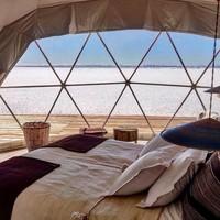 Suasana dan interior yang digunakan pun nyaman dengan kasur, kursi dan sofa yang empuk. Cocok banget, buat wisatawan yang ingin kemping dengan suasana berbeda (Amazing Places/Kachi Lodge/Facebook)