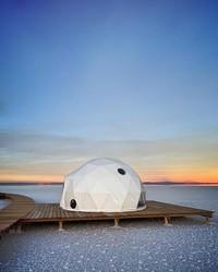 Kachi Lodge merupakan resor di tengah Salar de Uyuni dengan sejumlah fasilitas mumpuni. Tendanya mirip kubah, dengan jendela terpal transparan yang menghadap langsung ke lembah garam (Amazing Places/Kachi Lodge/Facebook)