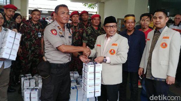 Pemuda Muhammadiyah Bagi-bagi Takjil di Bawaslu