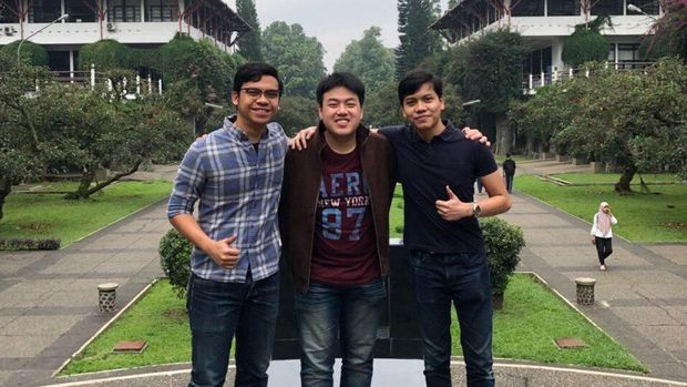Faza Fahleraz  (kanan) dengan dua mahasiswa ITB peraih beasiswa WWDC 2019.