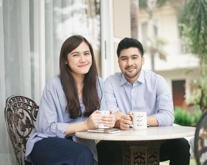 Sudah menikah, Annissa dan sang suami sama-sama gemar menikmati kopi dan teh. Santai berdua keduanya terlihat sedang menikmati minuman hangat yang mereka pegang. Foto: Instagram@annissanns