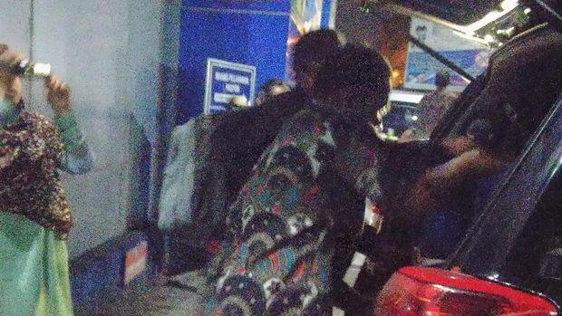 Penyidik KPK memasukkan barang yang dibawa dari Kanim Mataram ke mobil.