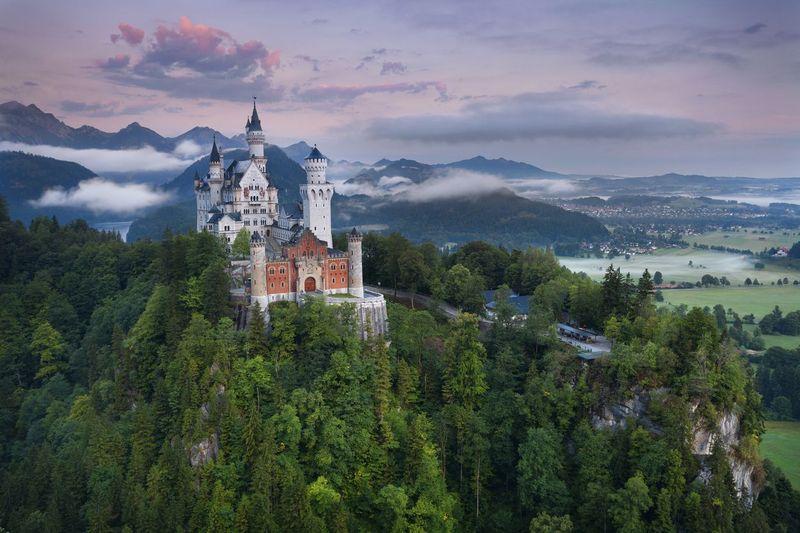 Istana Neuschwanstein ada di pedesaan Schwangau, Jerman, 120 km dari Kota Munich. Daerah ini terdiri dari lembah dan beberapa danau termasuk Danau Forgensee yang besar. (iStock)