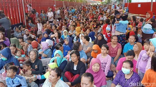 Ribuan warga antre 'salam tempel' Rp 50ribu/