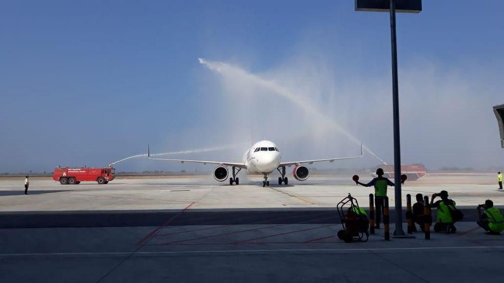 Disemprot Air, Batik Mendarat Perdana di Bandara Baru Yogyakarta