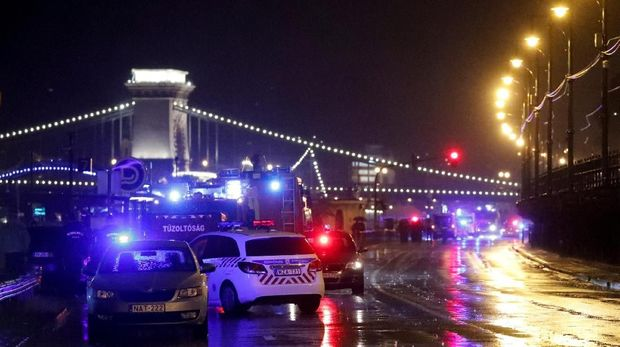 Situasi di sekitar Sungai Danube usai tenggelamnya kapal wisata yang membawa turis Korsel