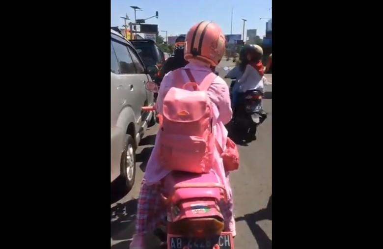 Pengendara motor serba pink di Yogyakarta. Foto: Twitter KabarGunkid