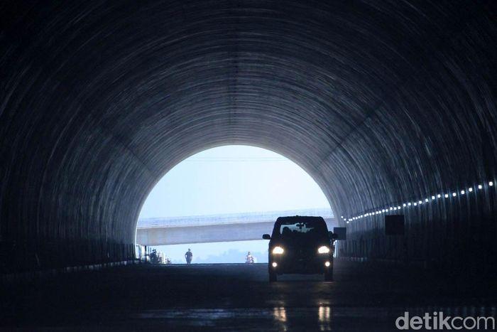 Mobil melintasi terowongan Cisumdawu, Kamis (30/5).