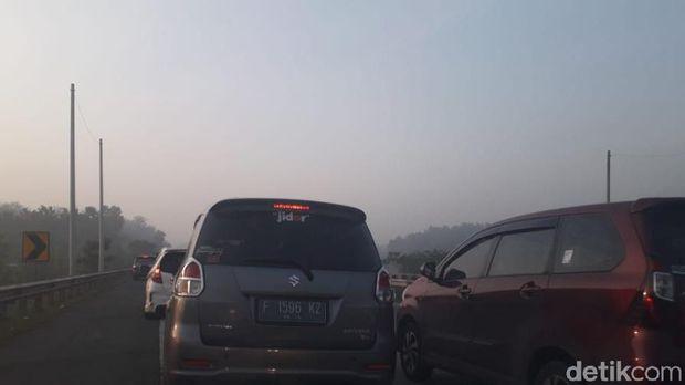 Kemacetan arus lalu lintas terjadi di ruas Tol Cipali arah Cirebon pada H-6 Lebaran. Akibatnya, sejumlah pemudik memanfaatkan bahu jalan untuk beristirahat.
