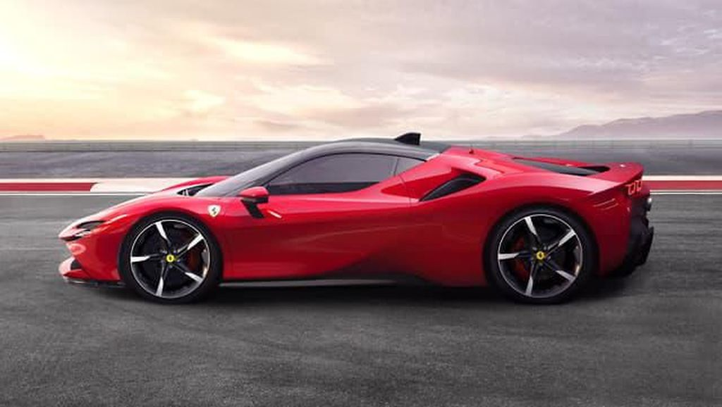 Terlalu! Ada Wanita Bugil Menari-nari di Atas Ferrari Berjalan