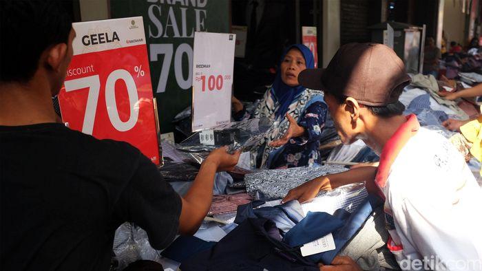 Pengunjung berburu pakaian di Pasar Baru, Jakarta.