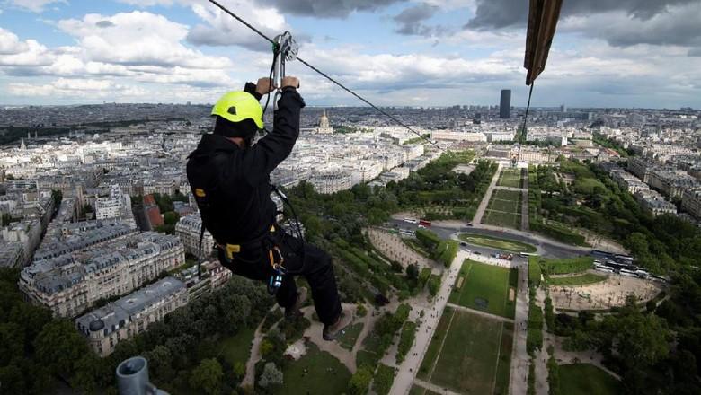 Flying fox di Menara Eiffel (AFP)