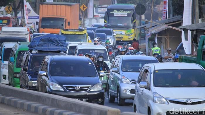 Menahan pipis di tengah kemacetan jalur mudik tentu sangat menyiksa (Foto: Wisma Putra)