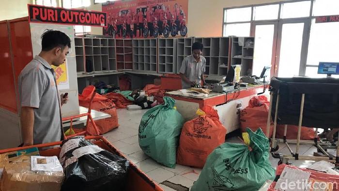 Kesbukan di PT Pos Indonesia di Jember (Foto: Yakub Mulyono)