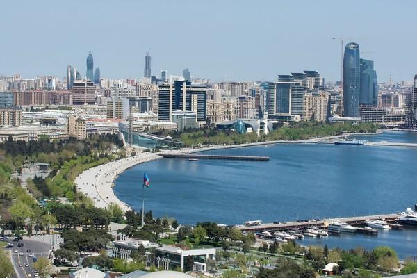 Baku merupakan kota pesisir menghadap Laut Kaspia, sekaligus ibukota negara Azerbaijan. Negara ini berada di antara Iran dan Rusia (iStock)