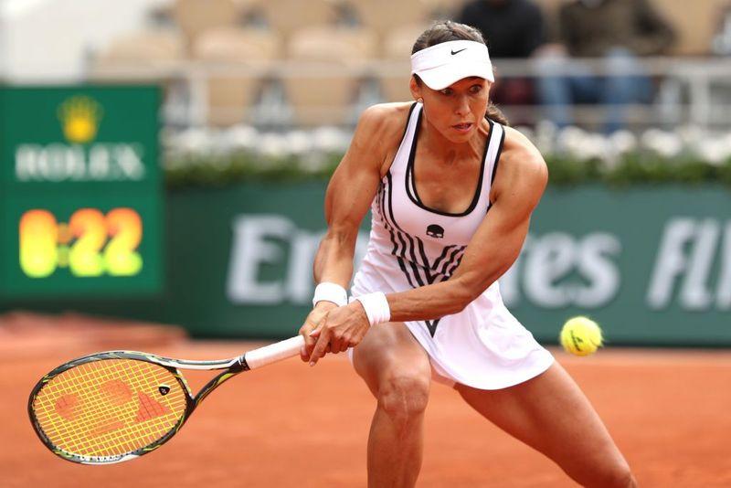 Vitalia Diatchenko, kalah dalam pertandingan pertamanya di French Open 2019 melawan Serena Williams. Meski begitu, dirinya jadi viral karena tampil menunjukkan otot-otot tubuh yang kekar (Getty Image)