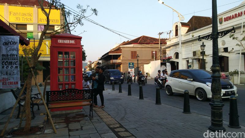 Jalan utama Kota Lama di Jalan Letjen Suprapto sudah bagus lengkap dengan hiasan kotak telepon di sisi jalan (Angling/detikcom)