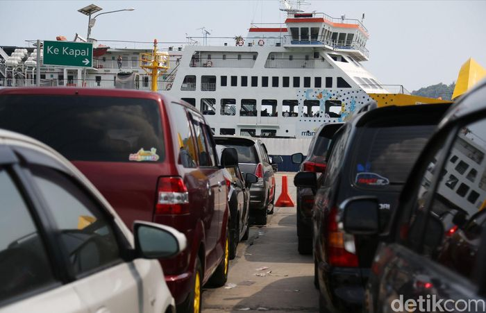 Pemudik yang menggunakan kapal laut mulai memadati Pelabuhan Merak di Cilegon, Banten, Kamis (30/05/2019).