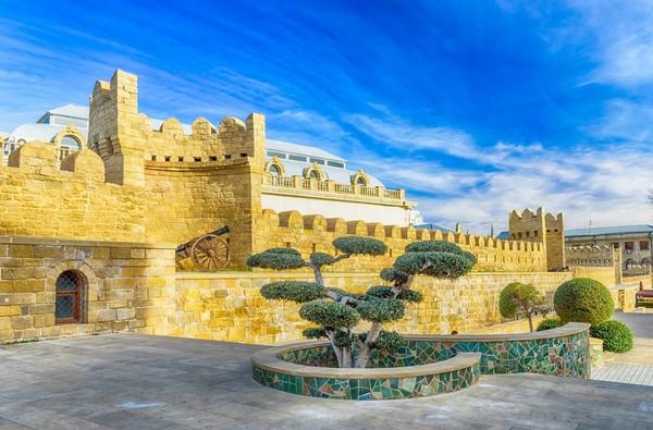 Kawasan Old Town di Baku, yang sudah menjadi pemukiman penduduk sejak abad ke-12. Kawasan Old Town tersebut dikelilingi tembok besar yang di zaman dulu sebagai perlindungan dari serangan kekaisaran Rusia (iStock)