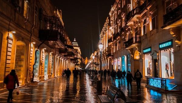 Niazmi Street, spot jalan favorit turis di Baku yang penuh deretan toko perbelanjaan, kafe dan restoran (iStock)