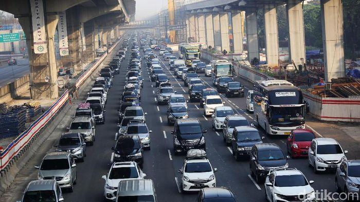 Tol Jakarta-Cikampek Padat Merayap/Foto: Agung Pambudhy