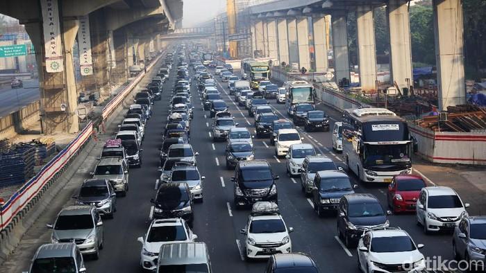 Kemacetan panjang di jalur mudik (Foto: Agung Pambudhy)