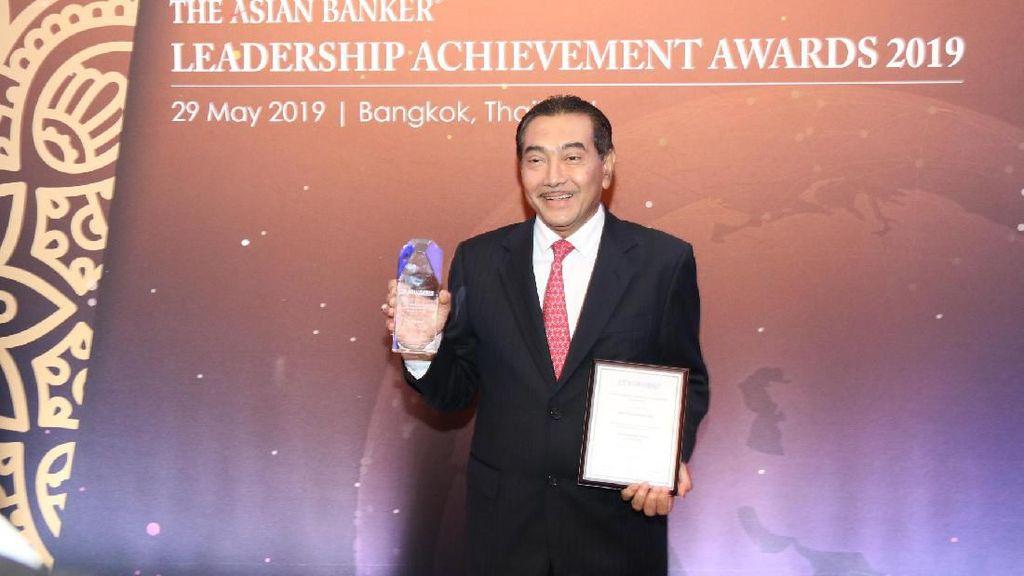 Bersama CEO Asia Pasifik, Dirut BRI Raih Penghargaan Bergengsi