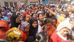 Ribuan Warga di Surabaya Berdesakan Demi Zakat Rp 50 ribu