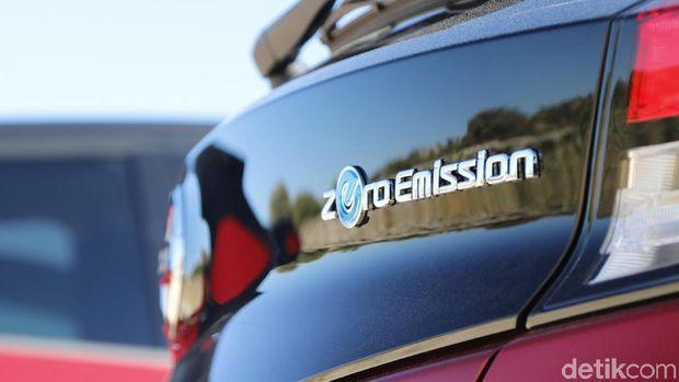 Logo Zero Emission di bagian belakang mobil