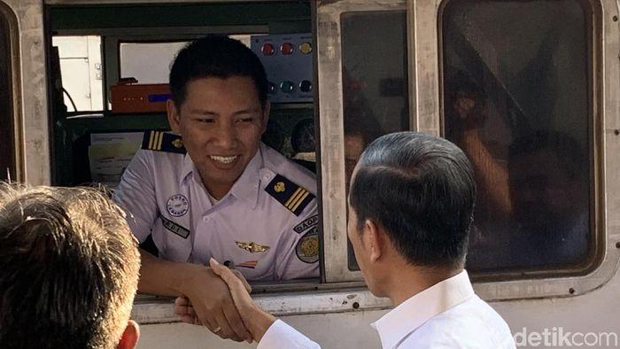 Masinis di Stasiun Senen/Foto: Presiden Jokowi cek arus mudik di Stasiun Senen. (Jordan-detikcom)