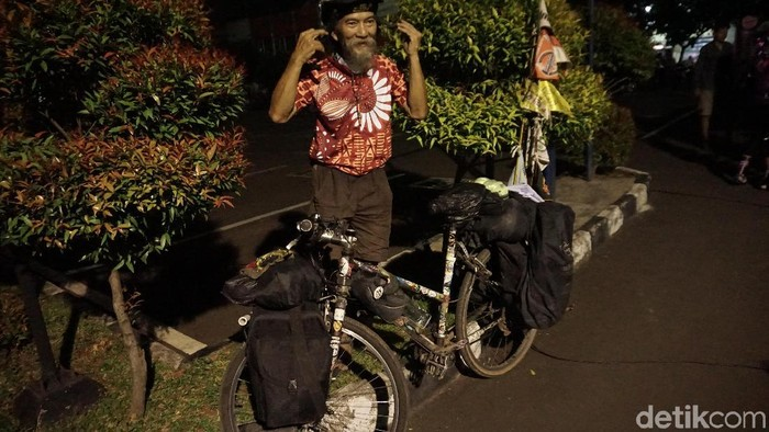 John Maynard dan sepeda yang digunakan mengelilingi Indonesia. (Foto: Rosmha/detikHealth)