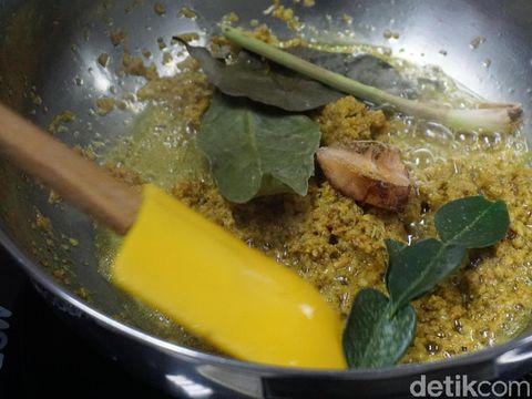 Proses pembuatan opor ayam bumbu kuning