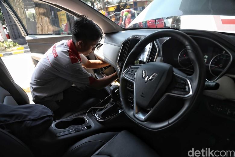 Ilustrasi pengecekan mobil usai macet-macetan. Foto: Pradita Utama