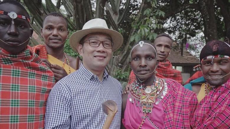 Gubernur Jawa Barat Ridwan Kamil bersama Suku Maasai di Kenya (@ridwankamil/Instagram)
