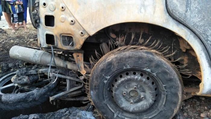 Mobil dan motor terbakar akibat tabrakan beruntun di Subang. (Foto: istimewa)