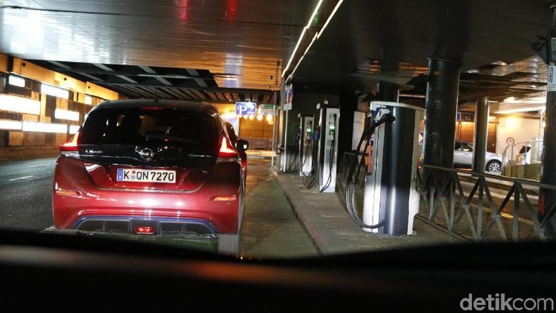 Pengisian baterai mobil listrik bawah tanah di Kota Madrid, Spanyol Foto: Dadan Kuswaraharja