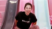 Seperti seorang anak kecil, Laura Basuki tampak sangat bahagia kala mandi bola di sebuah mal. Ia tampak tertawa puas menikmati arena permainan di sana. Foto: Palevi S/detikFoto